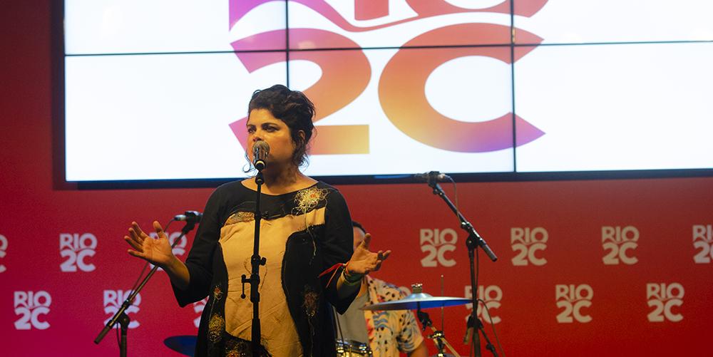 Apresentação de cantora no Festivalia