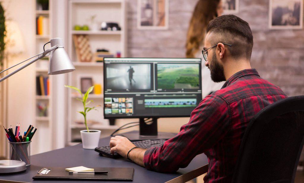 Imagem mostrando um homem editando vídeo | Rio2C